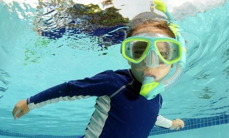 シュノーケ リングやスイミング プールでの子供をゴーグルします。 写真素材
