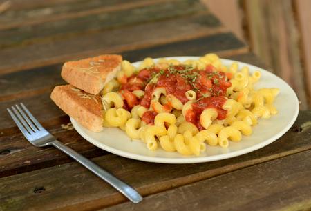 sauce tomate: p�tes � la sauce tomate et pain � l'ail