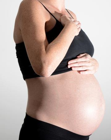 dolor de pecho: mujer embarazada con el pecho y la garganta de la acidez