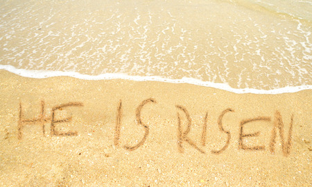 comunicaci�n escrita: Ha resucitado escrito en la arena para la Pascua en la costa