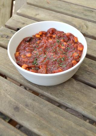 een kom vegetarische of veganistische chili