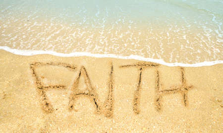 comunicación escrita: fe escrita en la costa en el océano