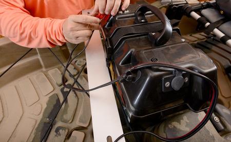 man opladen boot batterij op door de draden Stockfoto