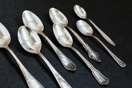 cuchara: Cucharas de plata en el fondo gris piedra