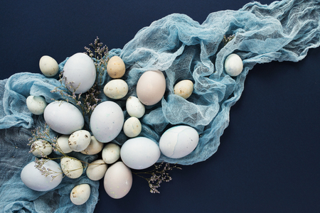 huevos de codorniz: Easter background with blue colored eggs and napkin. Top view Foto de archivo