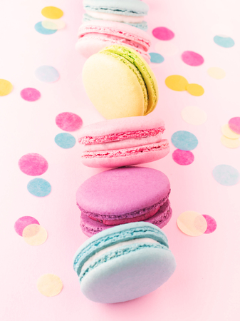 The vertical row of colorful macarons. 免版税图像