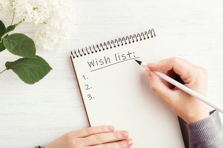 Dames hand schrijven in notitieblok.