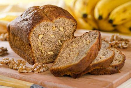 Een vers gebakken banaan brood met walnoten. Stockfoto