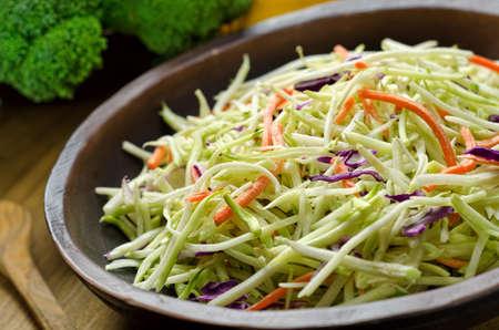 brocoli: Un plato de ensalada de col crujiente. Foto de archivo