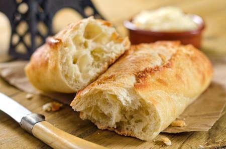 Crisp et moelleux baguette de pain français avec du beurre. Banque d'images