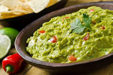 bailar salsa: Un plato de guacamole cremoso con pimientos, tomate, cilantro y lim�n.