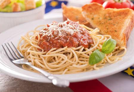 ensalada cesar: Espaguetis con salsa de carne