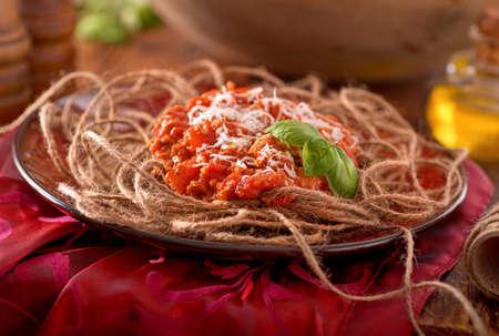 麻ひもを使ったスパゲッティ ディナー食品ユーモアのコンセプト。