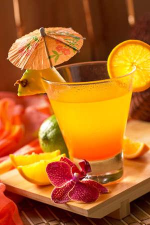 cocteles: Un delicioso c�ctel mai tai en un entorno choza tiki tropical. Foto de archivo