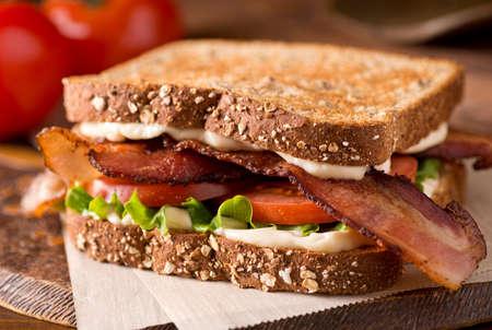 Een heerlijke bacon, sla en tomaat blt sandwich.