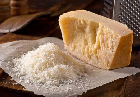queso rallado: Recién rallado parmesano queso parmesano reggiano. Foto de archivo