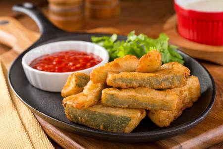 calabacin: Deliciosos palitos de calabacín fritas con salsa marinara de inmersión. Foto de archivo