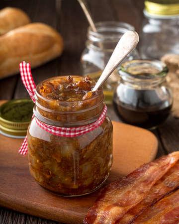 mermelada: Un tarro de casero delicioso condimento atasco de tocino. Foto de archivo