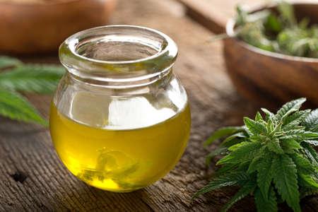 Heerlijke zelfgemaakte cannabisolie met marihuana knoppen en blad.