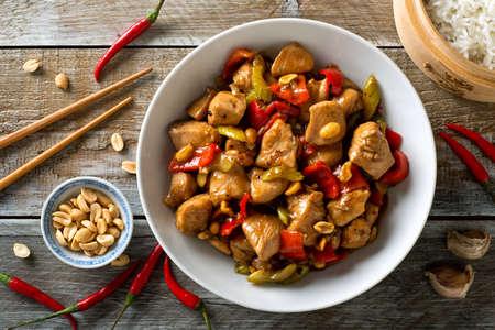 Delicioso pollo Kung Pao con pimientos, apio y maní.