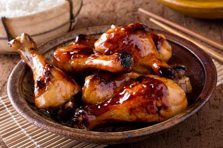 Un bol de délicieux pilons de poulet au miel et à l'ail avec du riz.