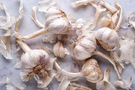 Fresh raw organic garlic flat lay on a white marble table top. 스톡 콘텐츠
