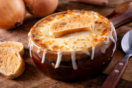 A bowl of delicious french onion soup with gruyere cheese and toasted baguette. 스톡 콘텐츠