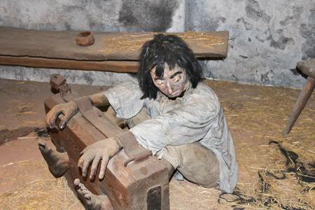 Tied up dummy in room, old torture practice Redactioneel