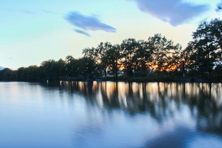 池の木、シルエット、長時間露光、チェコの風景に沈む夕日 写真素材
