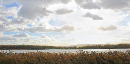 池と丘 Klet パノラマ ビュー。チェコの風景 写真素材