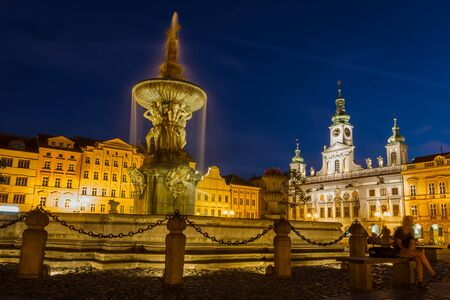 2019-07-29 - Ceske budejovice city, Czech republic - Namesti Premysla Otakara II. Samson statue with town hall at night Stockfoto - 129349711