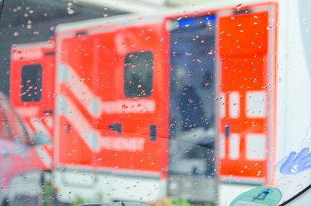 Ambulance, ambulance, redding voertuig in gebruik in regenachtig weer Stockfoto