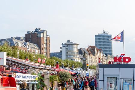 water s edge: Dusseldorf Altstadt, Nrw, Germania - 21 settembre 2014: Reno Promenade a Dusseldorf Atlstadt.Die riva passeggiata nel centro storico di Dusseldorf progettata dagli architetti Niklaus Fritschi � uno dei pi� belli.