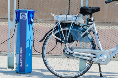 デン ・ ハーグ、スヘフェニンゲン桟橋、オランダ - 2014 年 8 月 7 日: ここ写真ビーチ プロムナード スヘフェニンゲンの。電動自転車のを充電されて