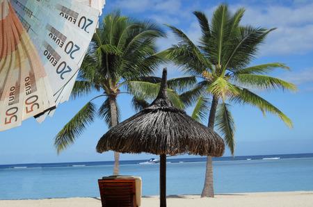 スタンド、太陽、海、パーム ビーチの椅子。したがって、1 つは税避難所を想像します。 写真素材