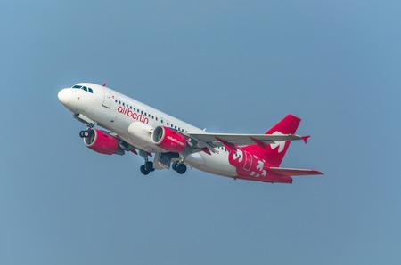 Düsseldorf, D, Germany - 18 Marzo, 2015: Air Berlin aereo passeggeri in partenza a Aeroporto di Dusseldorf. La compagnia aerea tedesca offre voli a basso costo in tutto il mondo.