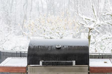 BBQ on the balcony in the snow storm. Standard-Bild