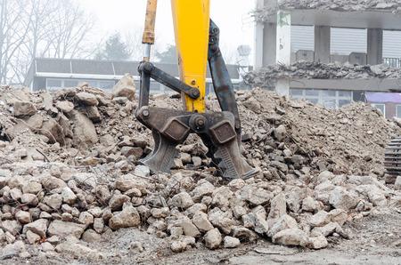 掘削機、粉砕機は、ショベルの耕作のためのツールです。コンクリートの comminute。力が水圧によって生成されます。 写真素材