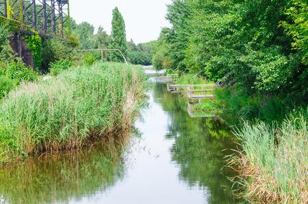 cours d eau: Canal du cours d'eau dans le parc paysager de Duisburg.