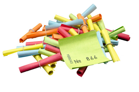 Winnende tickets, loterijkaartjes verschillende kleuren tegen witte achtergrond.
