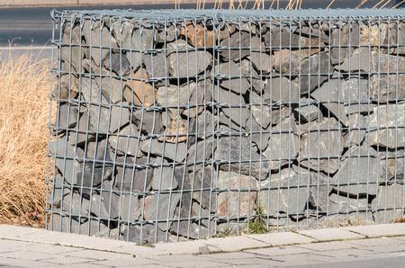 蛇籠、防風壁、遮音壁、堤防壁の蛇籠。 写真素材