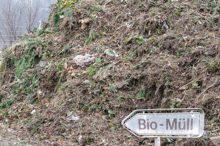 desechos organicos: El compost con los residuos org�nicos en una planta de reciclaje de grandes para residuos org�nicos.