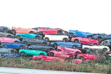 ferraille: des carcasses de voitures, des carcasses de voitures sur une pile