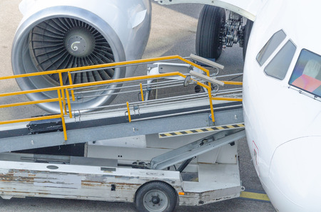 aviones pasajeros: Avi�n de pasajeros en la puerta para prepararse para la entrada de los pasajeros.