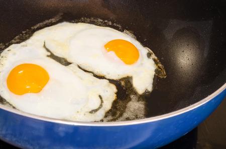 pancetta cubetti: colazione agricoltori, due uova in un tegame. Archivio Fotografico