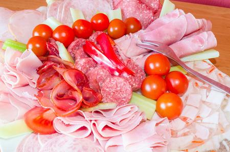 Detail van een grote vlees delicatessen plaat van vleeswaren.