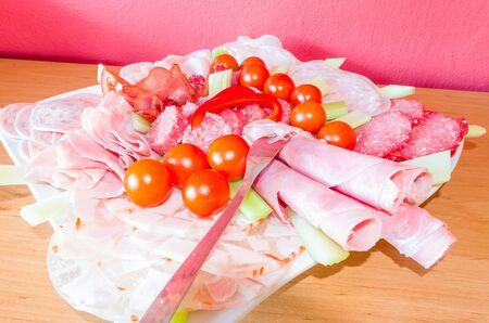 carnes y verduras: Placa de la carne plato de salchichas de surtidos de embutidos y verduras.