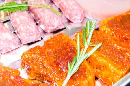 carnes: Cierre de varias carnes sazonadas listo para la parrilla. Foto de archivo
