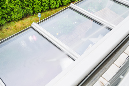 reiniging en gebouw buitenkant schoonmaken van een glazen dak met een hoge druk waterstraal.