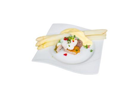 comida alemana: Espárragos blancos con ensalada de carne de cerdo y filete de ternera. Aislados. Tradición comida alemana. Ver desde arriba.